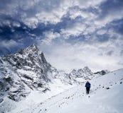向珠穆琅玛营地,尼泊尔喜马拉雅山的路 免版税图库摄影