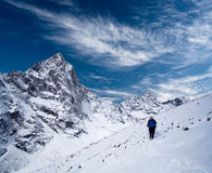 向珠穆琅玛营地,尼泊尔喜马拉雅山的路 免版税库存图片