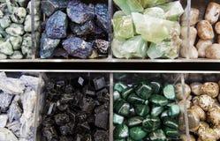 向矿物颜色扔石头 免版税图库摄影