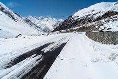 向红其拉甫边界的积雪的路在中国和巴基斯坦之间 免版税库存图片
