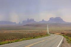向纪念碑谷沙漠的路 库存图片