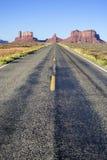 向纪念碑谷的著名漫长的路 免版税库存图片