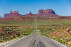向纪念碑谷的路,犹他,美国 免版税库存图片