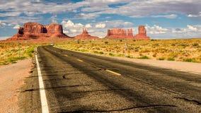 向纪念碑谷,亚利桑那的美国路 库存照片
