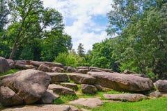 向结构树扔石头 公园Sofiyivka看法在乌曼市,乌克兰 库存照片