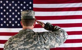 向美国的旗子致敬的经验丰富的男性solider 免版税库存照片