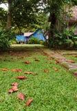 向老古色古香的马来的村庄的路径 免版税库存图片