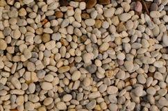 向背景,河岩石扔石头 免版税库存照片