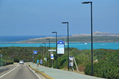 向著名海滩Pelosa -撒丁岛,意大利的路 免版税库存照片