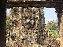 向被雕刻的菩萨, Bayon,吴哥窟,暹粒,柬埔寨扔石头 免版税库存图片
