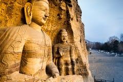向被雕刻的Buddhas扔石头在云岗石窟大同,中国 图库摄影