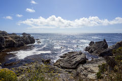 从向西一个岩石小海湾上的看法到在加利福尼亚太平洋上的天际里 库存照片