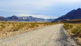 向跑马场Playa的美国路在死亡谷 免版税库存图片
