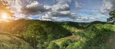 向邪魔山的路横断一个传奇地方:爱的秋天 免版税图库摄影