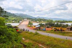 向酸值kong省的路在泰国边界附近的柬埔寨王国 免版税图库摄影