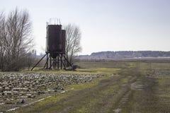 向铁塔的路在领域的水的 免版税库存图片