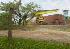 向锌的采矿的工厂的路 库存照片