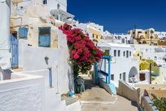 向锡拉镇的石路在教会和传统房子中在圣托里尼海岛,希腊上 库存图片