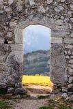 向门- Castel Penede扔石头 库存图片
