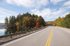 向阿尔根金族公园的路秋天的,安大略,加拿大 库存照片