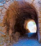 向隧道扔石头的入口 库存图片