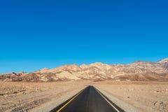 向风景艺术家的路在死亡谷国家公园,卡利驾驶 免版税库存图片