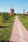 向风车,面包博物馆的道路  Bulgar,俄罗斯 免版税库存图片