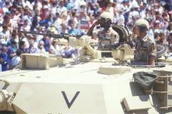 向从坦克,沙漠风暴胜利游行,华盛顿, D的两位战士人群致敬 C 免版税库存照片