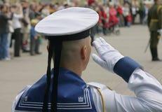 向致敬在军事游行的战士 免版税库存照片