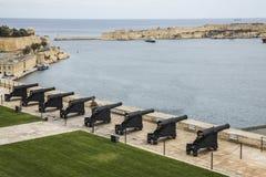 向致敬的电池和盛大港口在瓦莱塔马耳他的 免版税库存照片