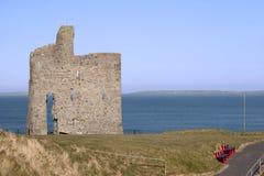 向Ballybunion城堡的用栏杆围的道路 库存照片