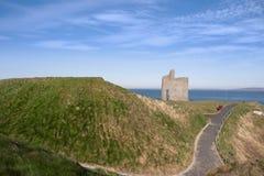 向Ballybunion海滩和城堡的用栏杆围的道路 库存照片