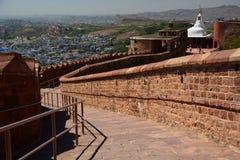 向Chamunda Devi寺庙的路 Mehrangarh堡垒 乔德普尔城 拉贾斯坦 印度 图库摄影