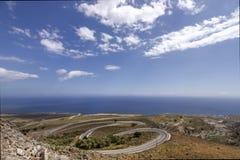 向Chora Sfakion的弯曲道路,在克利特海岛,希腊 免版税库存照片