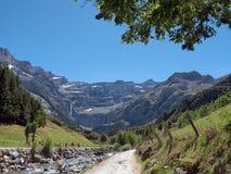 向Cirque de加瓦尔涅, Hautes比利牛斯,法国的路 库存照片