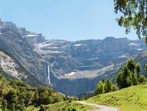 向Cirque de加瓦尔涅, Hautes比利牛斯,法国的路 免版税图库摄影