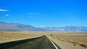 向Death Valley,内华达的路 库存照片