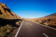 向el泰德峰火山的柏油碎石地面路 免版税库存照片