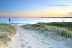 向Greenhills海滩的桑迪道路在黄昏日落 图库摄影