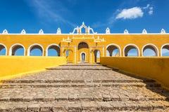 向Izamal修道院的道路 免版税库存照片