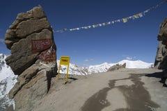 向Kardung La的路在Ladakh 库存照片