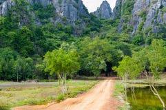 向Khao党观点的土路,山姆Roi Yod国家公园, Phra Chaup Khi Ri Khun省在泰国的中部 图库摄影