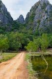 向Khao党观点的土路,山姆Roi Yod国家公园, Phra Chaup Khi Ri Khun省在泰国的中部 库存图片