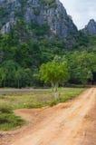 向Khao党观点的土路,山姆Roi Yod国家公园, Phra Chaup Khi Ri Khun省在泰国的中部 库存照片