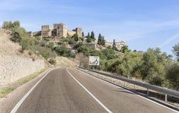 向Monsaraz镇和城堡, Ã ‰ vora区,葡萄牙的路 免版税库存图片
