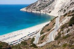 向Myrtos海滩的弯曲道路在Kefalonia海岛上 免版税库存照片