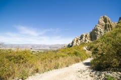 向Omarama黏土峭壁的道路 库存照片