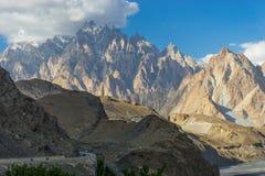向Passu大教堂峰顶, Hunza, Pakista的喀喇昆仑高速公路 免版税库存照片