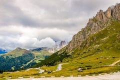 向Pordoi通行证2239m的路在意大利的白云岩 免版税库存图片