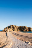 向Sa Palomera岩石的石道路,在布拉内斯,卡塔龙尼亚,西班牙 免版税库存图片